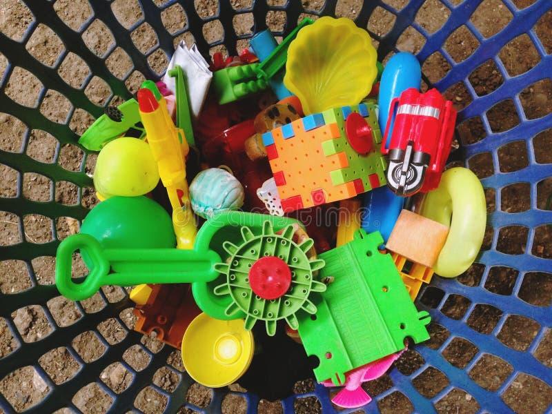 Brinquedos do bebê na cesta fotos de stock royalty free