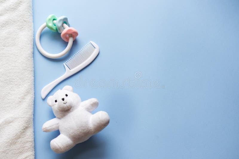 Brinquedos do bebê no fundo azul com espaço da cópia Configuração lisa foto de stock