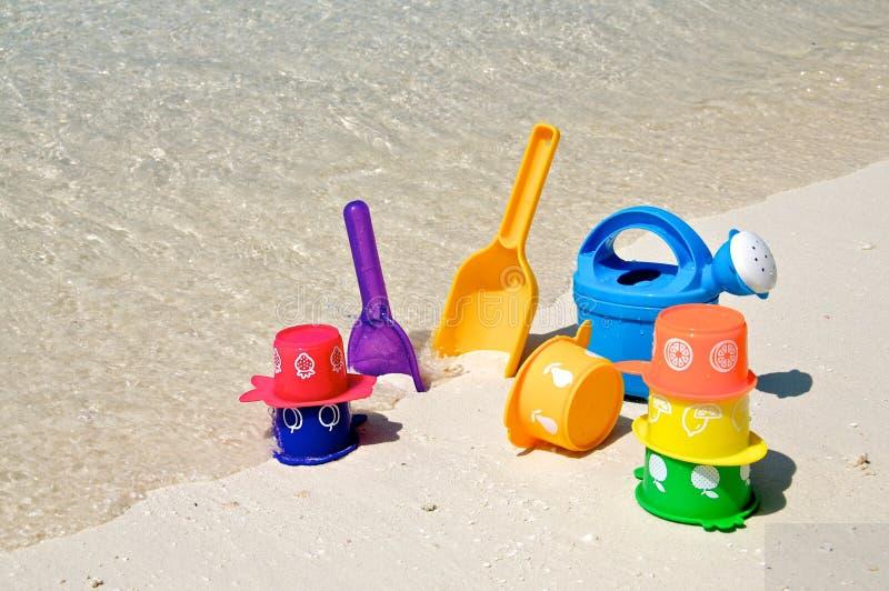 Brinquedos do jogo da praia na praia imagem de stock royalty free