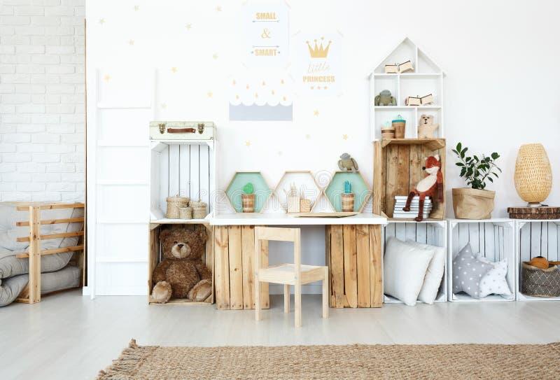 Brinquedos do luxuoso na sala do ` s da criança foto de stock royalty free
