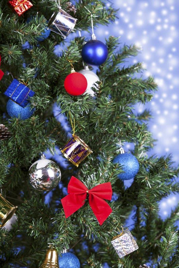 Brinquedos do Natal em uma árvore fotos de stock
