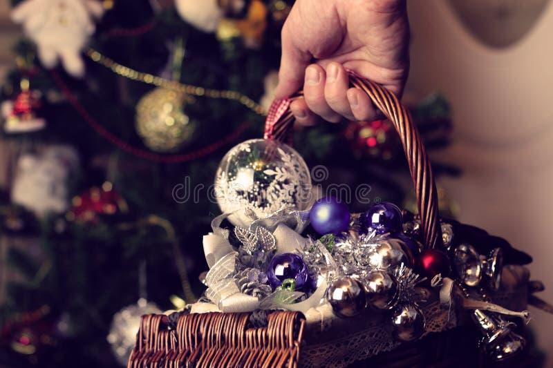 Brinquedos do Natal em uma cesta de vime foto de stock