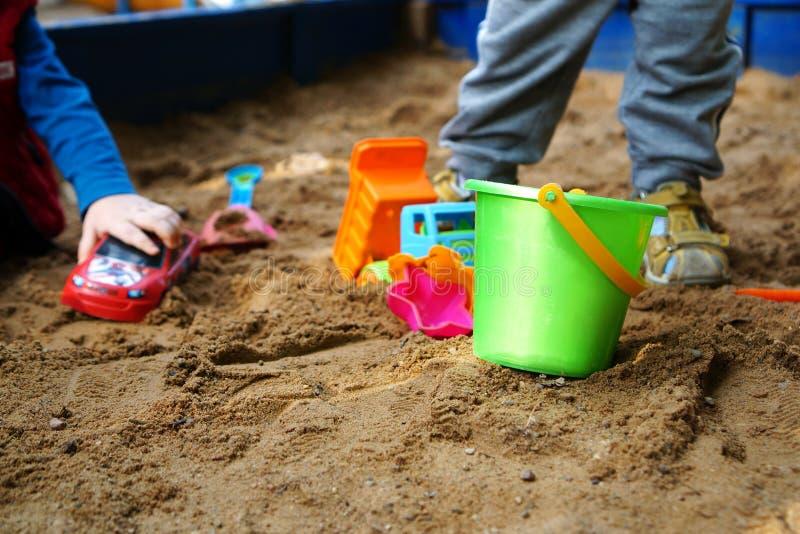 Brinquedos do ` s das crianças na caixa de areia fotos de stock