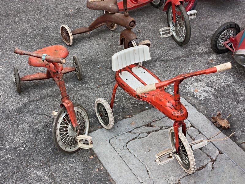 Triciclos velhos para crianças fotos de stock