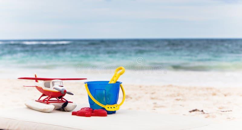 Brinquedos dos miúdos no fundo azul do oceano foto de stock royalty free