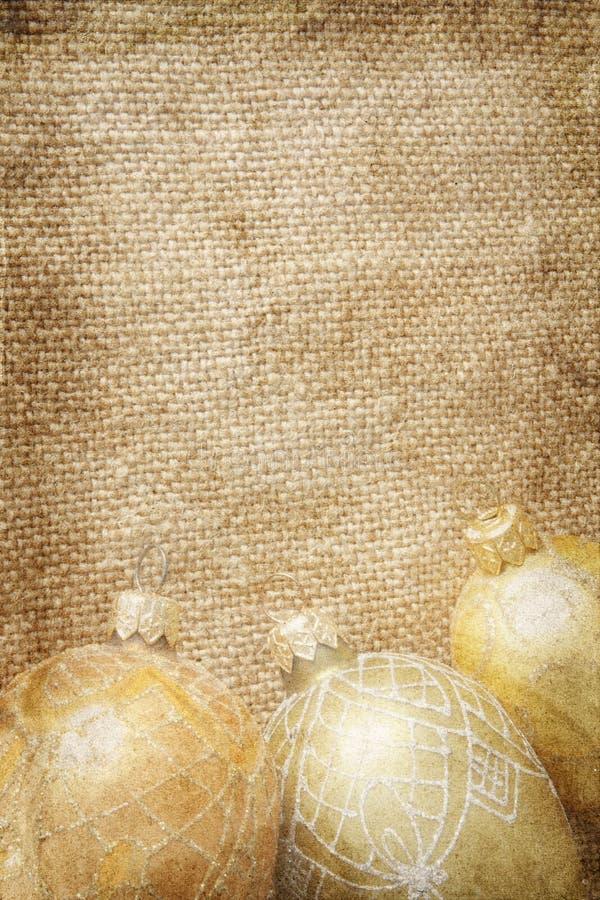 Brinquedos dourados do xmas na serapilheira imagens de stock royalty free