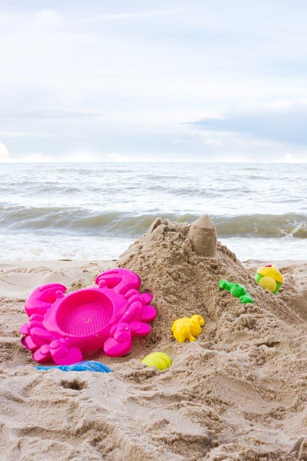Brinquedos e areia imagem de stock