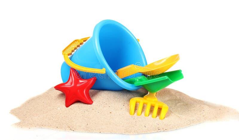 Brinquedos e areia da praia das crianças imagens de stock royalty free
