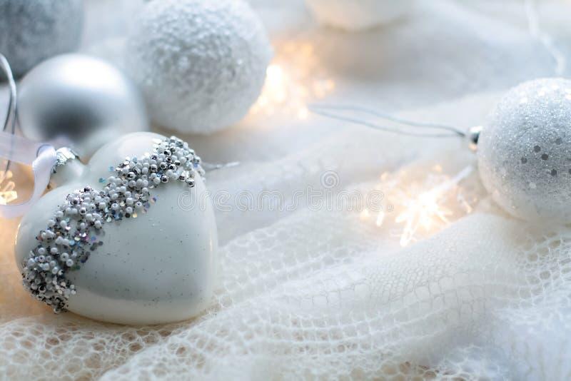 Brinquedos e bolas do Natal para fazer malha o lenço Decorações no holid imagens de stock