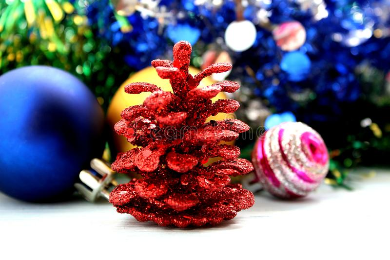Brinquedos e cones brilhantes do Natal para o abeto vermelho imagem de stock royalty free