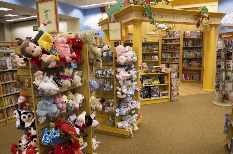 Brinquedos e livros na livraria das crianças fotos de stock
