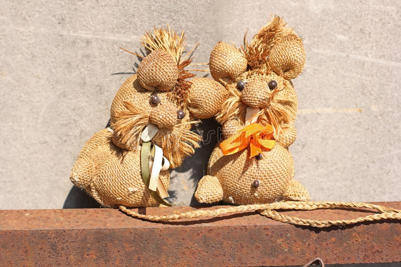 Brinquedos feitos a mão da palha perto acima imagem de stock royalty free