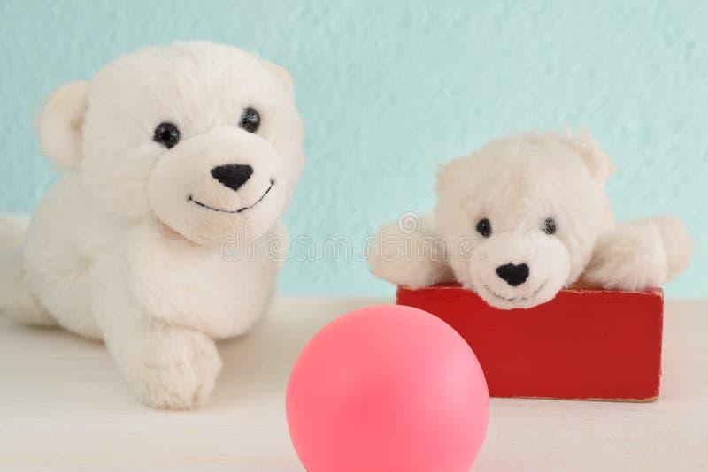Brinquedos felizes do luxuoso dos ursos polares da mãe e da criança fotografia de stock