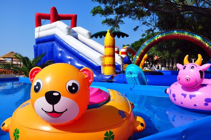 Brinquedos infláveis nas crianças que sweeming a associação e o castelo inflável fotografia de stock royalty free