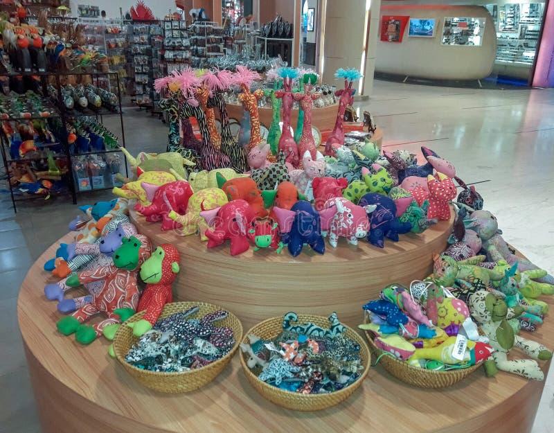 Brinquedos macios com cores vibrantes na exposição imagens de stock royalty free