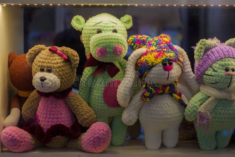 Brinquedos macios para crianças na janela imagens de stock royalty free