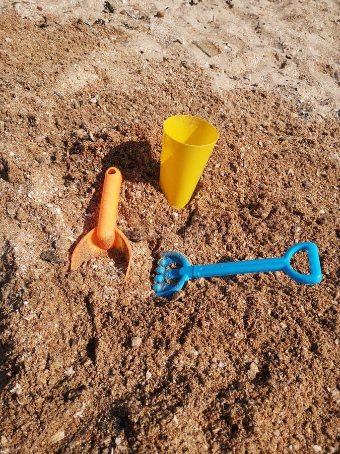 Brinquedos na areia fotografia de stock royalty free
