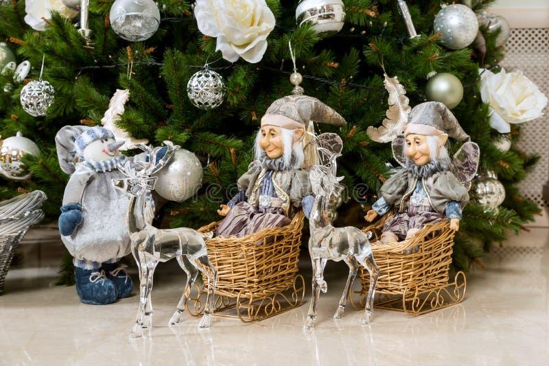 Brinquedos no feriado do ` s do ano novo sob a árvore de Natal fotos de stock royalty free