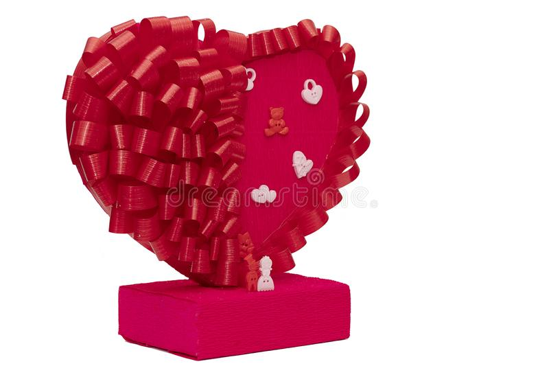 Brinquedos para homens e mulheres ao lado de um coração vermelho grande em um fundo branco As estatuetas da família fecham-se  imagem de stock
