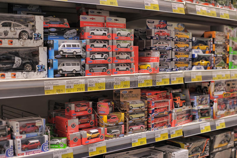 Brinquedos para a venda em uma loja. fotos de stock