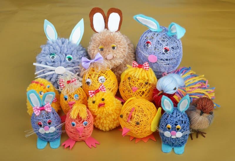 Brinquedos rurais feitos a mão da Páscoa - grupo engraçado do coelho, dos pássaros e das galinhas foto de stock royalty free