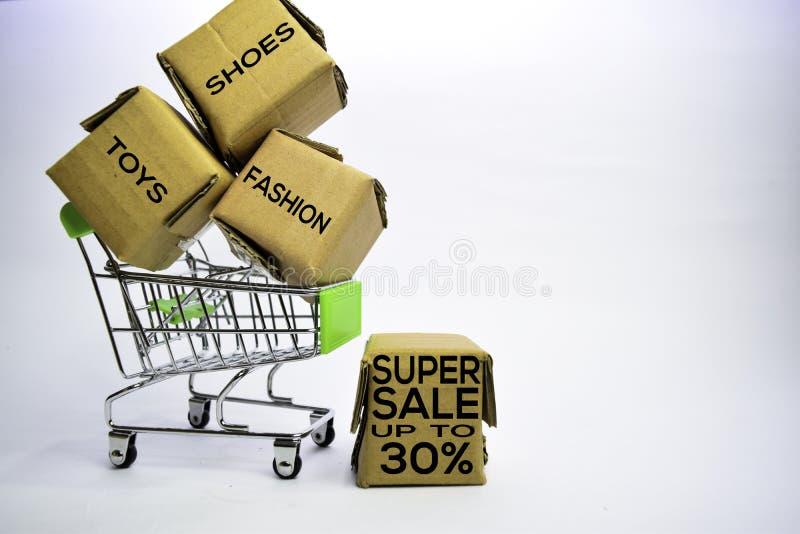 Brinquedos Sapatas Forma Texto super da venda até 30% em umas caixas pequenas e em um carrinho de compras Conceitos sobre a compr fotografia de stock royalty free