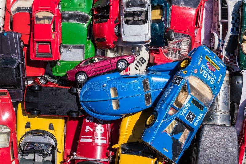 Brinquedos velhos coloridos do carro imagem de stock