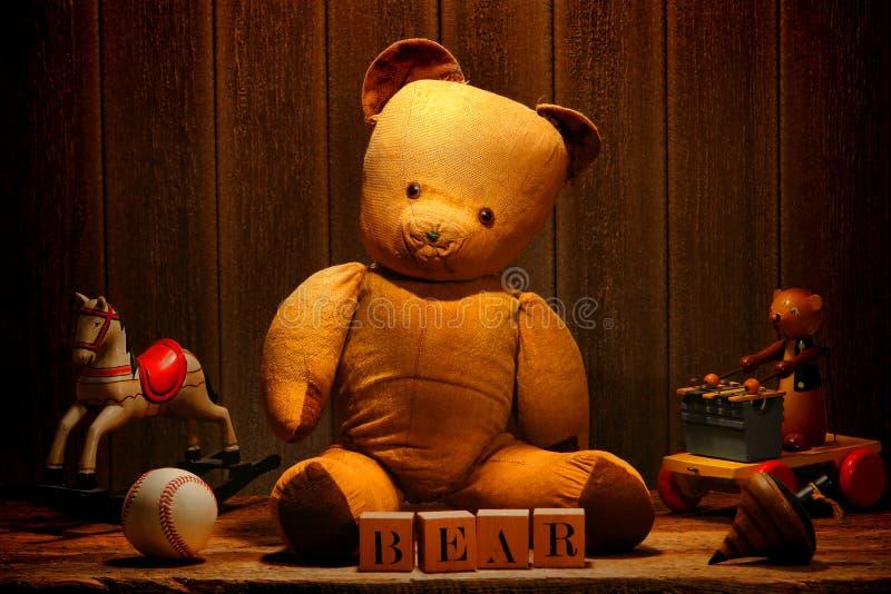 Brinquedos velhos do urso e da antiguidade da peluche do vintage no sótão fotos de stock royalty free