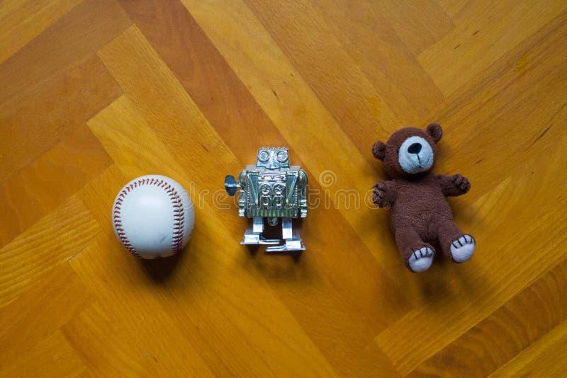 Brinquedos velhos que colocam no assoalho fotografia de stock