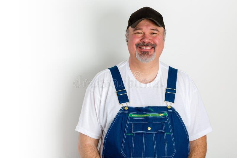 Brins vestindo de sorriso do homem com tampão fotos de stock