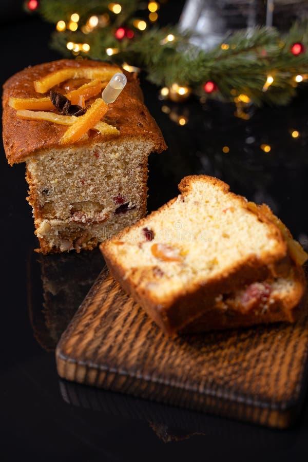 Brioche ψωμί στο υπόβαθρο διακοπών, εκλεκτική εστίαση στοκ εικόνες