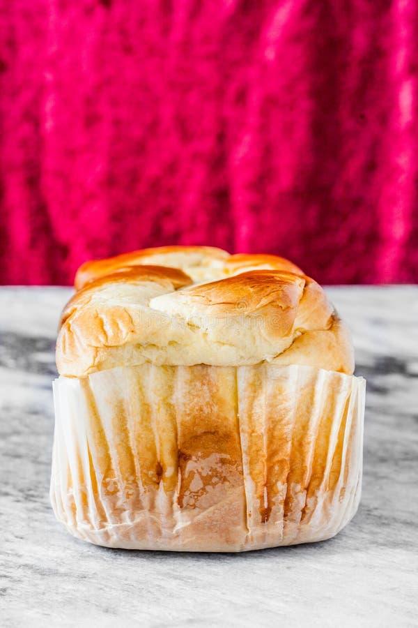 Brioche douce française de pain sur une dalle de marbre photos stock