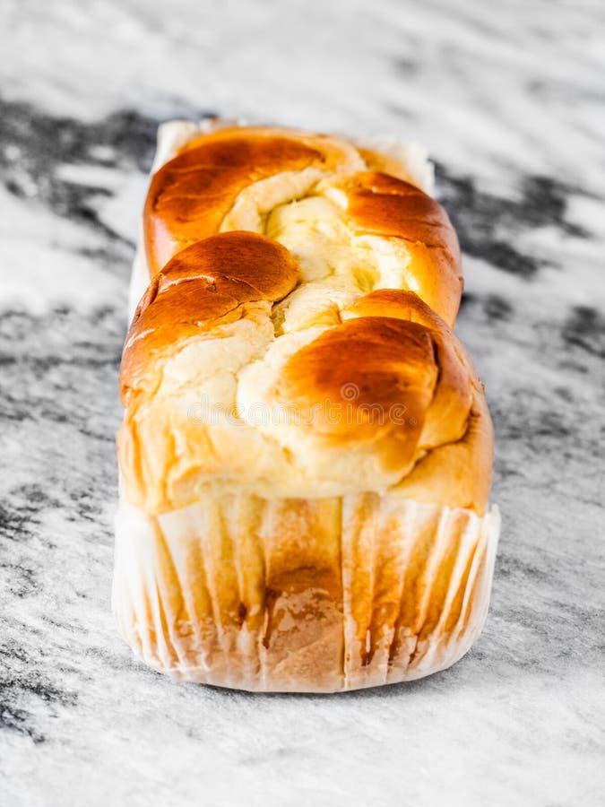 Brioche douce française de pain sur une dalle de marbre photo libre de droits