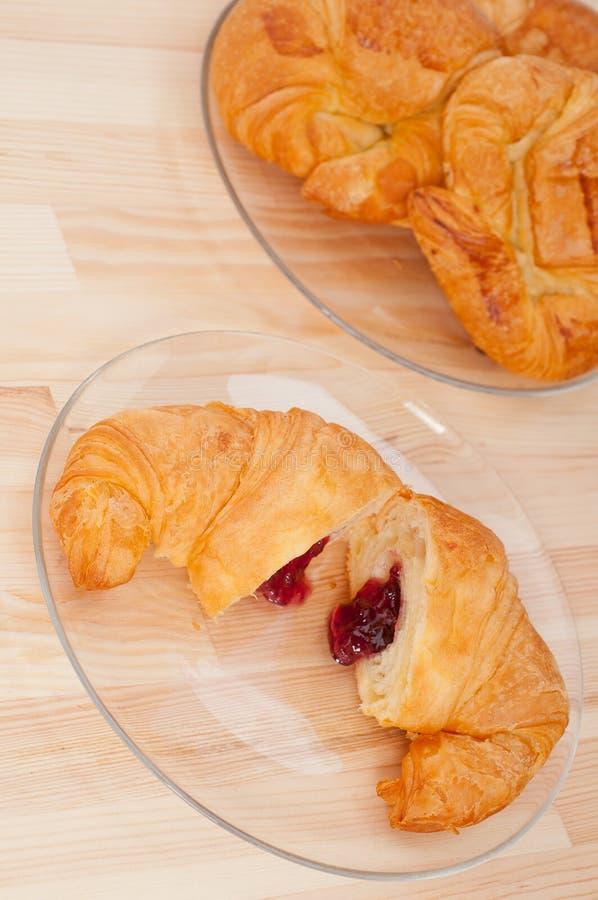 Brioche française de croissant remplie de la confiture de baies images stock