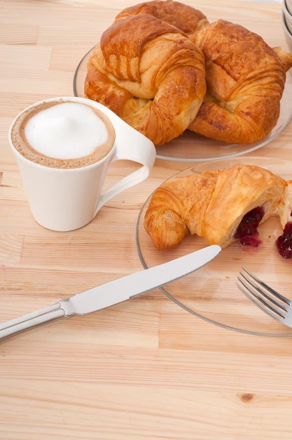 Brioche française et café de croissant frais image stock