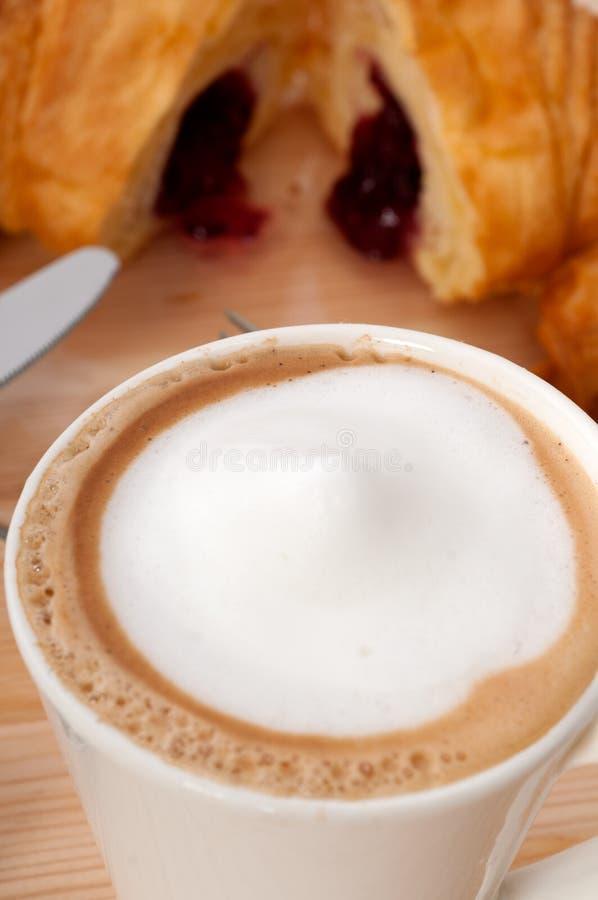 Brioche française et café de croissant frais photos libres de droits