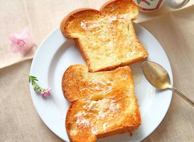 Brioche grzanka z masłem i miodem obraz royalty free