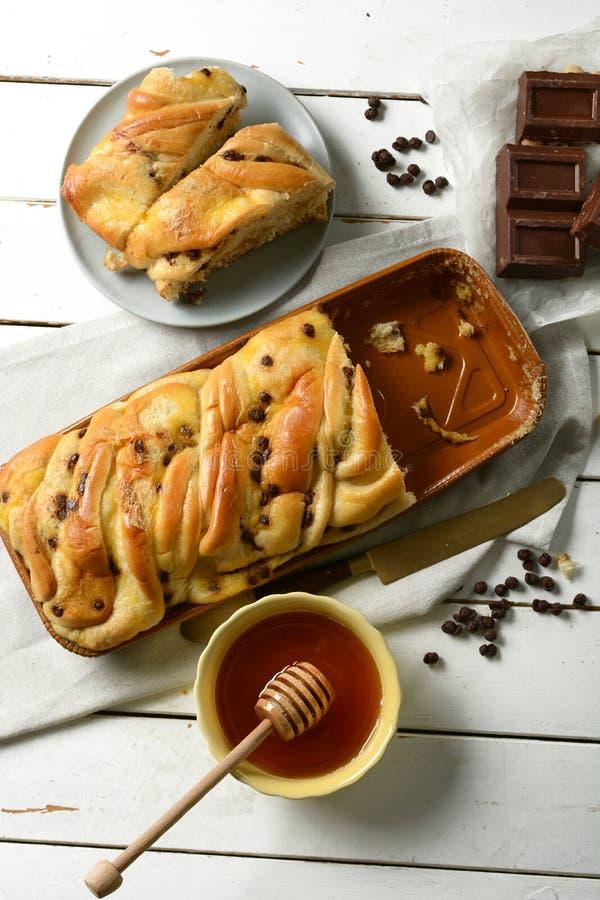 Brioche med choklad och honung - kaka formad flätad tråd arkivfoto