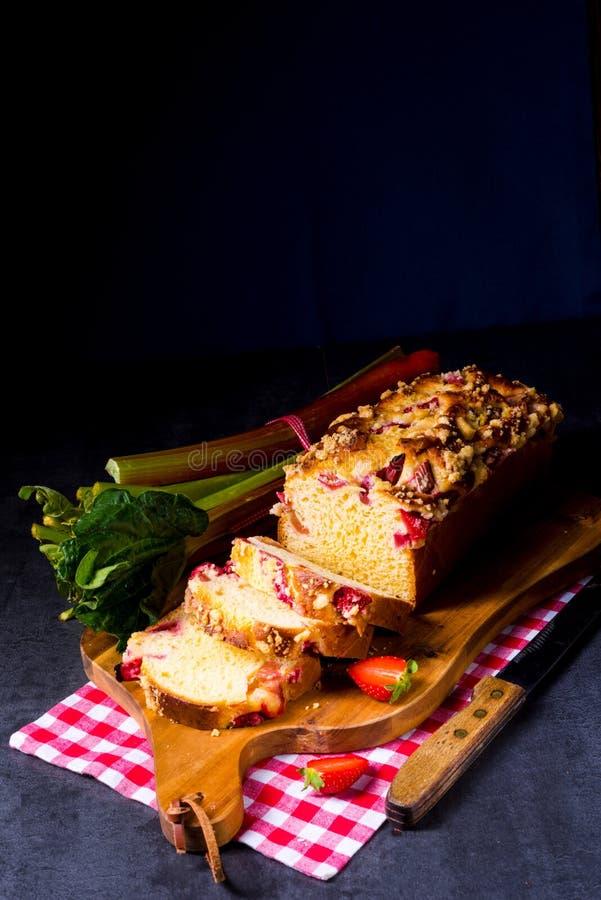 Brioches med rabarber, jordgubben och streusel royaltyfria foton