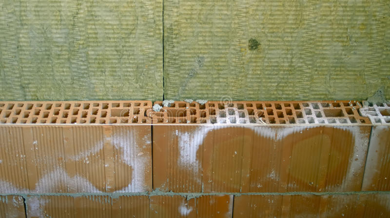 Brique de mur et laine de roche images stock
