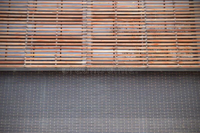 Brique et façade en bois Fond symétrique photos stock