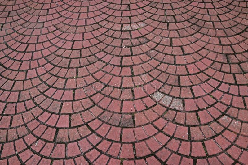 Brique extérieure comme le trottoir étendu en tant que modèle répété de demi-cercle photo stock