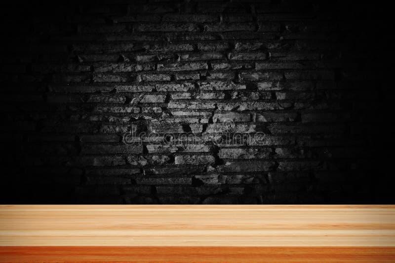 Brique grunge noire abstraite et plate-forme en bois de table images stock