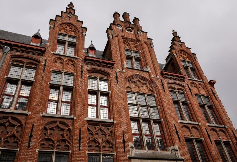 Brique rouge fleurie sur la façade photographie stock