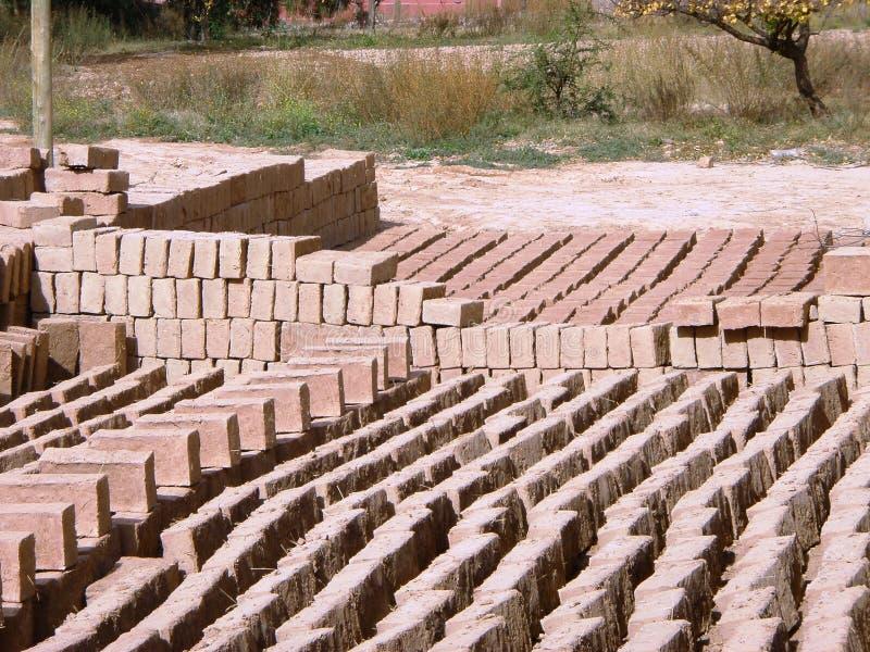 Briques d'Adobe - matériaux de construction soutenables 2 image stock