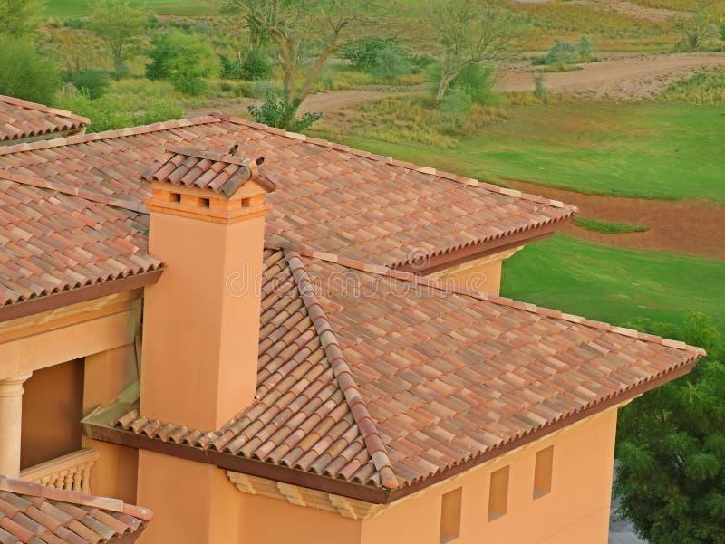 Briques et cheminée de toit photo stock