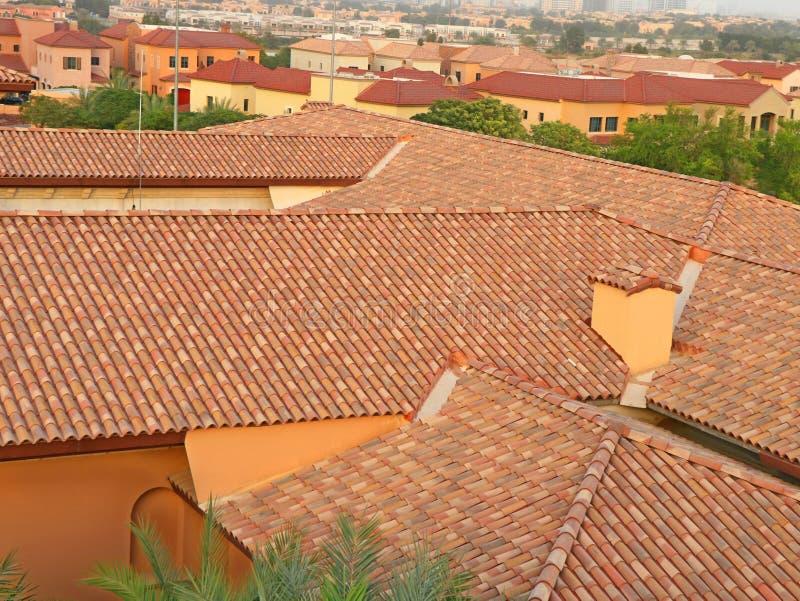 Briques et toit avec la cheminée images stock