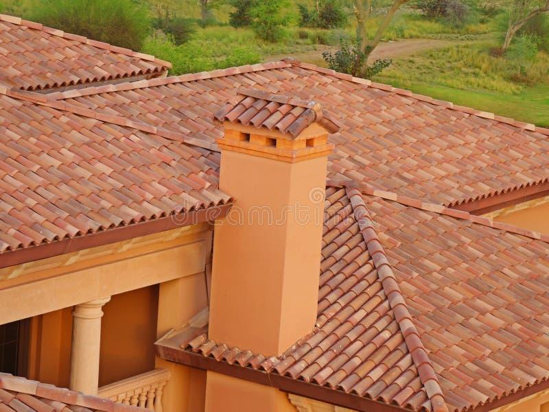 Briques et toit avec la cheminée image stock