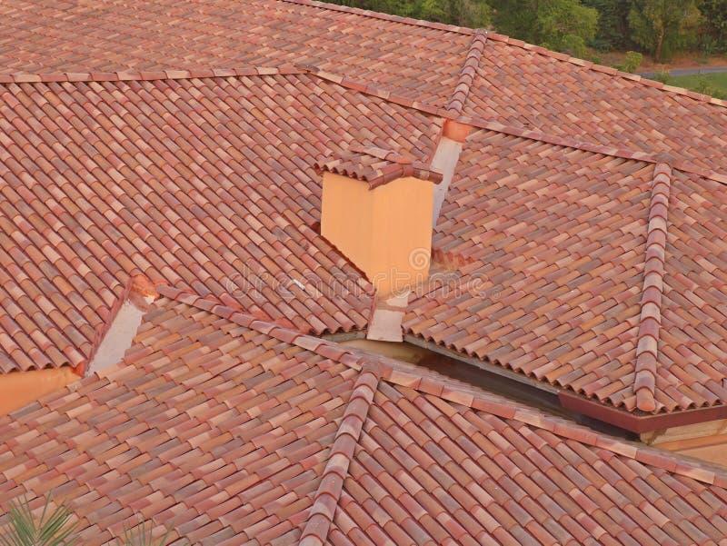 Briques et tuiles de toit dans un bâtiment photos stock