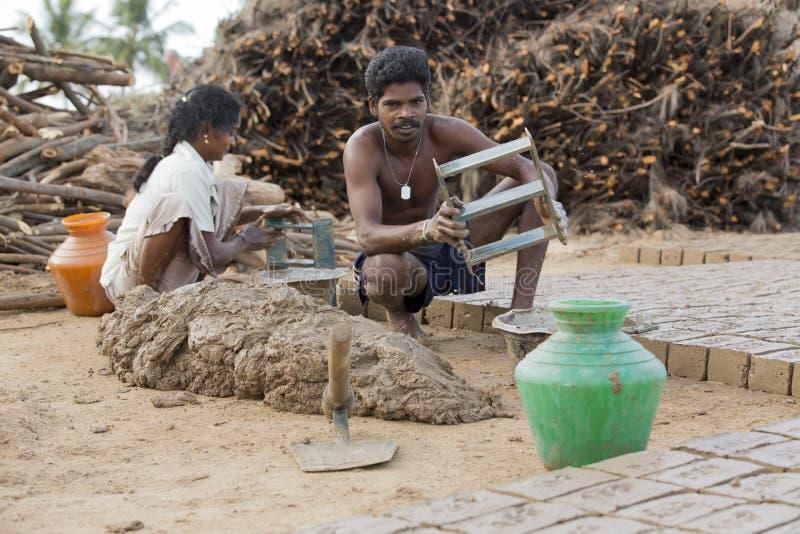 Briques fabriquées à la main éditoriales documentaires dans l'Inde image libre de droits